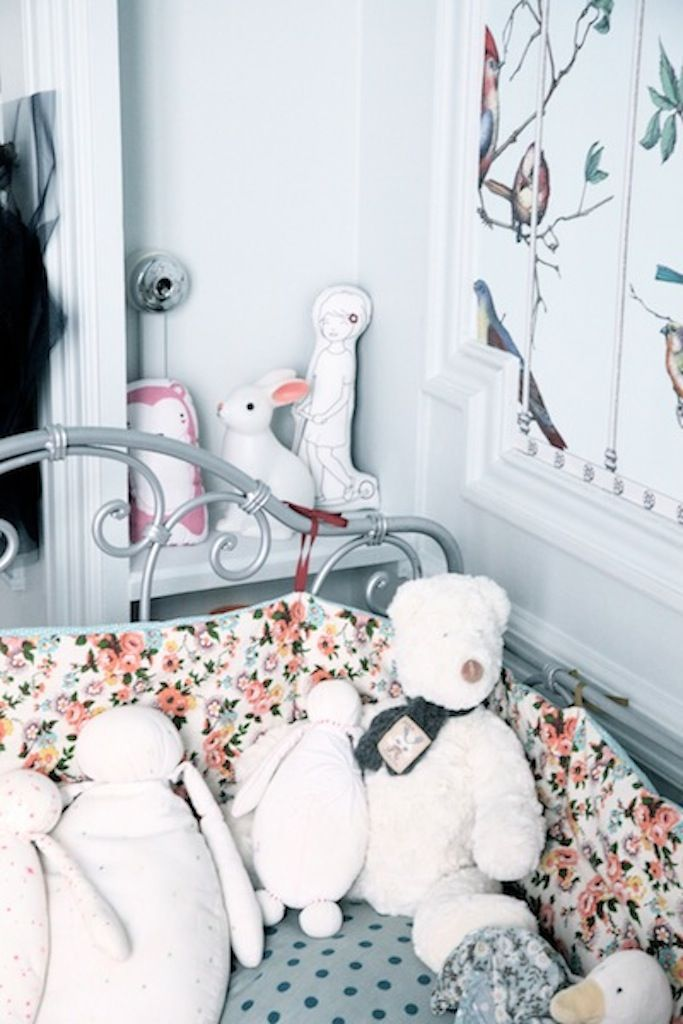 Are you looking for kids room ideas? Today I show you a great girl's room with a vintage and romantic touch. It's a child's room plenty of poetry, vintage items and birds. New and antique elements combine perfectly in this bedroom. The colour palette is soft and cheerful at the same time, and dolls, figures and little […]