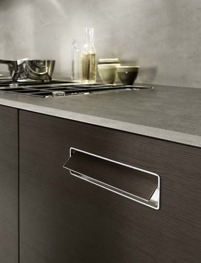 """Touch Kitchen - Details: A characteristic of Touch is the flush handle in the door with push grip, which is available in two versions: with hidden mechanism in the thickness of the door or the more economical version with """"inserted handle"""" and aluminium profile. Both the solutions are available in the same finish of door. Caratteristica di Touch è la maniglia a filo anta con presa push disponibile in due versioni: meccanismo a scomparsa o """"maniglia inserita"""" bordo alluminio."""