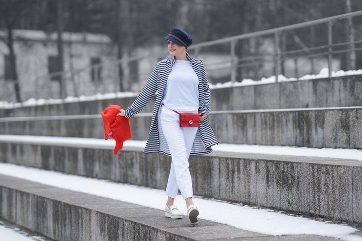 Maritimer Look mit Kurzmantel, Gucci Tasche und StellaMcCartney Schuhe