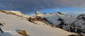 Skitour bei besten Verhältnissen auf den Großvenediger mit dem Bergführer von Alpindis.at . Sonnenuntergang auf der Kürsingerhütte (Obersulzbachtal, Nationalpark Hohe Tauern, Neukirchen am