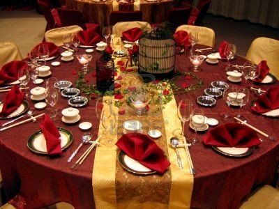 Bridal table in traditional Chinese wedding colors like this and the guest tables in white with red sashes? Keywords: #weddings #jevelweddingplanning Follow Us: www.jevelweddingplanning.com  www.facebook.com/jevelweddingplanning/