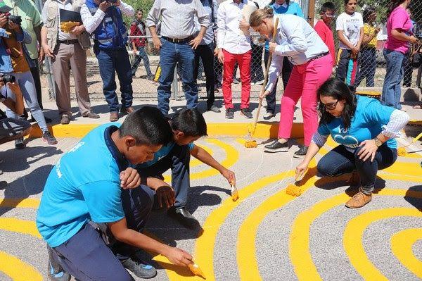 Participan niños y jóvenes de Riberas de Sacramento en elaboración de pasos peatonales y murales artísticos | El Puntero