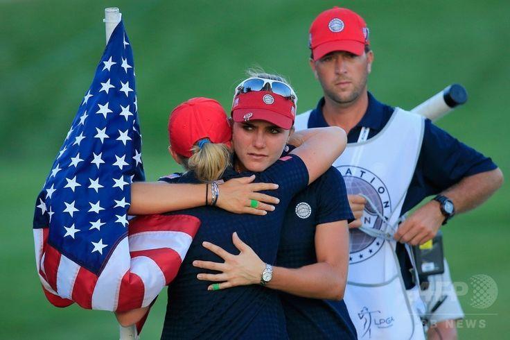 女子ゴルフ国別対抗戦、インターナショナル・クラウン(LPGA International Crown)3日目。敗退が決まり、チームメートのステーシー・ルイス(Stacy Lewis、手前)と慰め合う米国のレクシー・トンプソン(Alexis 'Lexi' Thompson、中央、2014年7月26日撮影)。(c)AFP/Getty Images/Rob Carr ▼27Jul2014AFP|米国が韓国とのプレーオフで敗退、インターナショナル・クラウン http://www.afpbb.com/articles/-/3021503