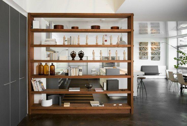 meuble de rangement composé d'étagères en bois qui fait office d'une cloison pratique