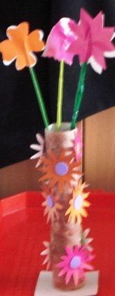 Vază de flori din hârtie glasată şi rolă de carton