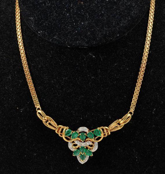 Gargantilha em ouro 750 com 9 esmeraldas lapidação gota pesando +- 2.30 cts e diamantes - med 46 cm