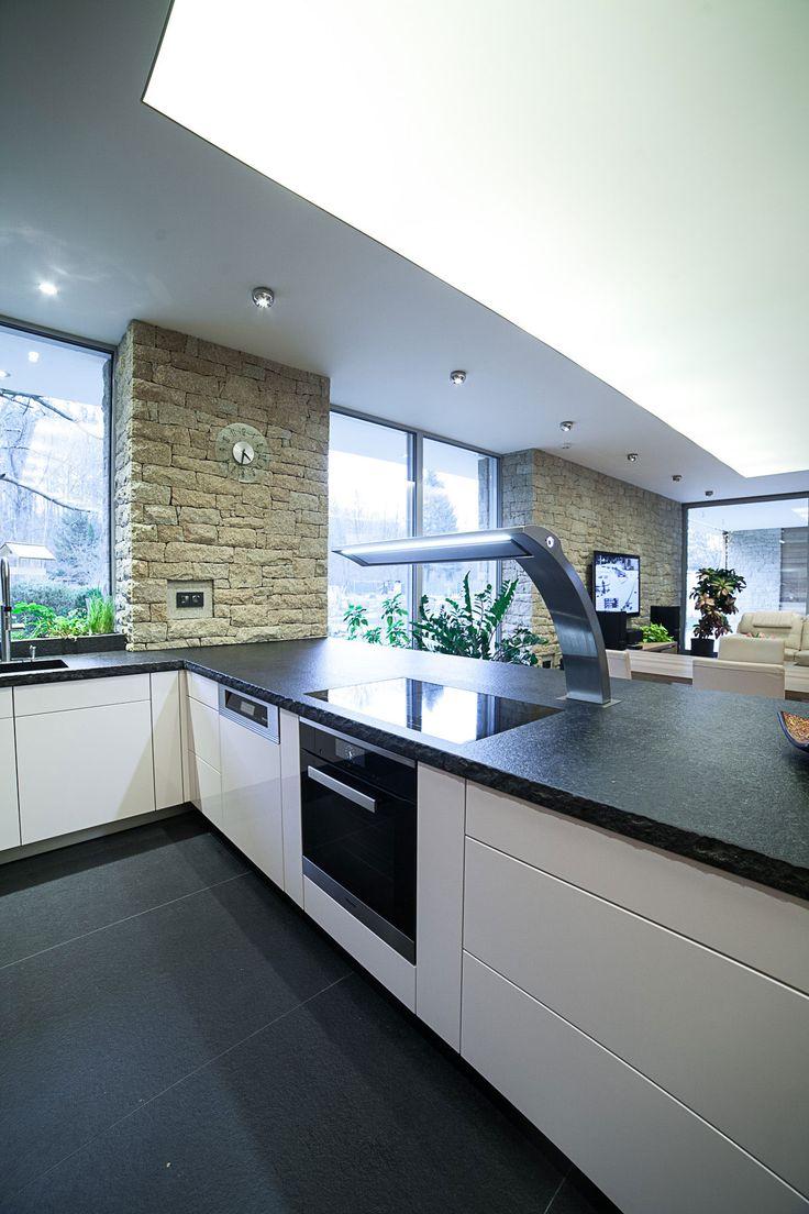 Kuchyňská deska i podlaha v kuchyni jsou z černé žuly. Spotřebiče vybrali u…