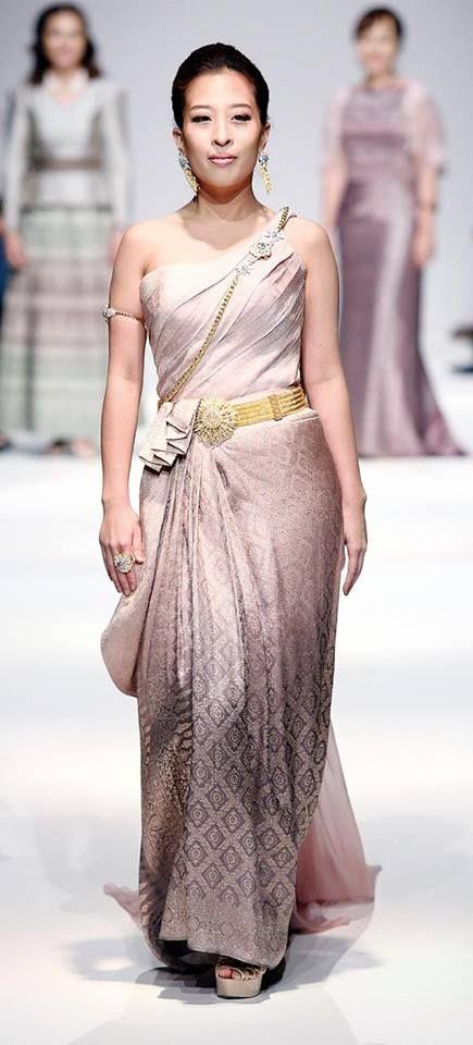 พระเจ้าหลานเธอ พระองค์เจ้าพัชรกิติยาภา ทรงพระสิริโฉม บนรันเวย์ MQ Vienna Fashion Week 2013 เวียนนา แฟชั่น วีก ที่ประเทศสาธารณรัฐออสเตรีย ด้วยฉลองพระองค์ชุดไทยสไบกับผ้าถุงนุ่งสดลายไทยพุ่มข้าวบิณฑ์สีกลีบบัว ผลงานของ Arada Couture พร้อมนางแบบกิตติมศักดิ์ อีก