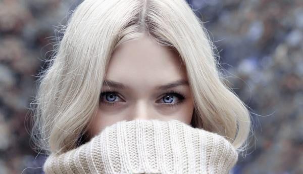Lentilele de contact colorate au devenit foarte populare în rândul vedetelor și nu numai. Acestea ne permit să ne schimbăm culoarea ochilor pentru un aspect subtil sau un look mai îndrăzneț.