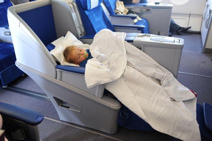 Lentokoneessa matkustelu pikkulasten kanssa ei ole (välttämättä) kovin kummoinen juttu, ellei siitä sellaista kehittele. Mutta kyllä siitä (sujuvastakin lennosta) silti helposti päänsäryn saa.