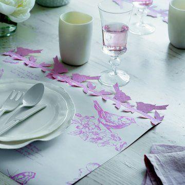 Un set de table«oiseau» bordé d'une frise en papier / Bird placemat lined paper frieze