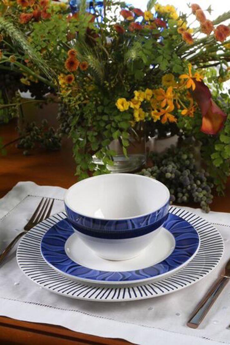 O Azul é sem dúvida uma das cores mais facéis de compor na decoração. Nesse post vou mostrar composições de mesa com diferentes tons e estilos de Azul. A primeira mesa é no estilo clássico e uma composição de floresem tons de rosacomo orquídeas, kalandivas e folhagens. O porta-guardanapo de mini rosas reforça a proposta …