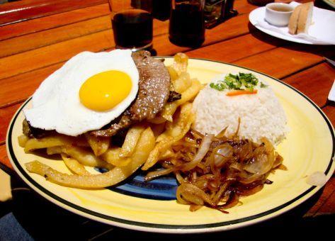 Esta es la Receta de Bistec a lo Pobre, un plato robusto y llenador. Ingredientes y Modo de Preparación paso a paso, Cocina Chilena Tradicional
