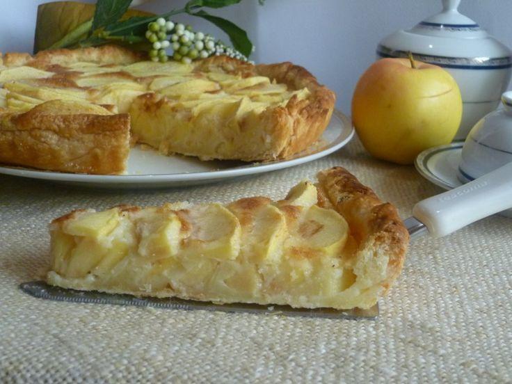 la crostata facile alle mele e panna, un guscio croccante di pasta sfoglia, con un ripieno goloso alla panna e mele, per un dessert davvero veloce e facile