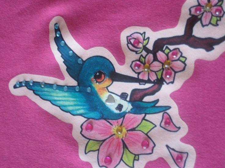 Full color applicatie van een vogeltje, afgewerkt met strass steentjes. Eigen ontwerp!