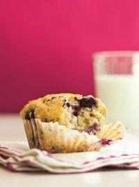 Muffins aux bleuets -ajouter le jus d'un 1/2 citron au mélange et 2 grosses framboises dans chaque muffin