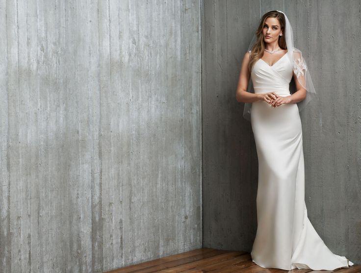 Lang satin kjole med stropper og V-udskæring. Kjolen har draperings detaljer ved taljen og lukkes med snøre i ryggen