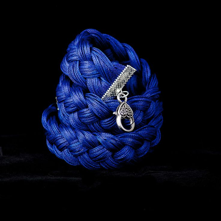 Синий цвет – цвет удачи. У многих этот цвет – символ вечности и неба. Еще синий, символизирует верность, честность, целомудрие, постоянство, доброту и добрую славу. Синий цвет считают цветом стабильности, умиротворенности, глубоких мыслей и раздумий. Синий цвет «заглушает и гасит» страсть. *****  #камни #натуральныекамни #магия #couture#мода #jewelry #luxury #fashion #naturalstones #russian#druzy  #precious #mineral #украшения #советыстилиста #стилист#metiersdart