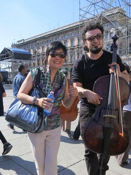 La nostra collega Teresa di #RaiExpo in posa con un #violoncellista. PS Prossimamente sul #DiariodiTeresa nella versione cinese del nostro sito il racconto della giornata #100cellos