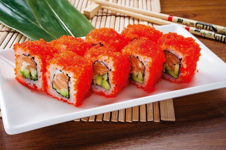 """Ролл """"Калифорния"""" с классической начинкой из лосося и авокадо относят к роллам """"наизнанку"""" - урамакам. Это означает, что ролл готовится рисом наружу"""