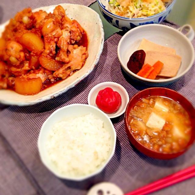 sawakiさんのにんにく醤油のうま煮をメインに、家族みんなで楽しい晩ごはんです…が‼︎他は作り置きで簡単にしました ・sawakiさんのにんにく醤油のうま煮 ・なめこと豆腐のお味噌汁 (ここからは作り置きです。) ・おかなさんの白菜サラダ ・高野豆腐の煮物 ・自家製梅干し おかなさんの白菜サラダ、何回リピしてるかわからないくらい好きです  今日はパパが息子と雪遊びと、ついでに家の周りの雪かきしてくれたのですが、普段あまり雪が降らない地域なので、慣れないせいか冷えて風邪をひいたみたいで 悪化しませんように〜 - 25件のもぐもぐ - 家族みんなで晩ごはん by ふぅ