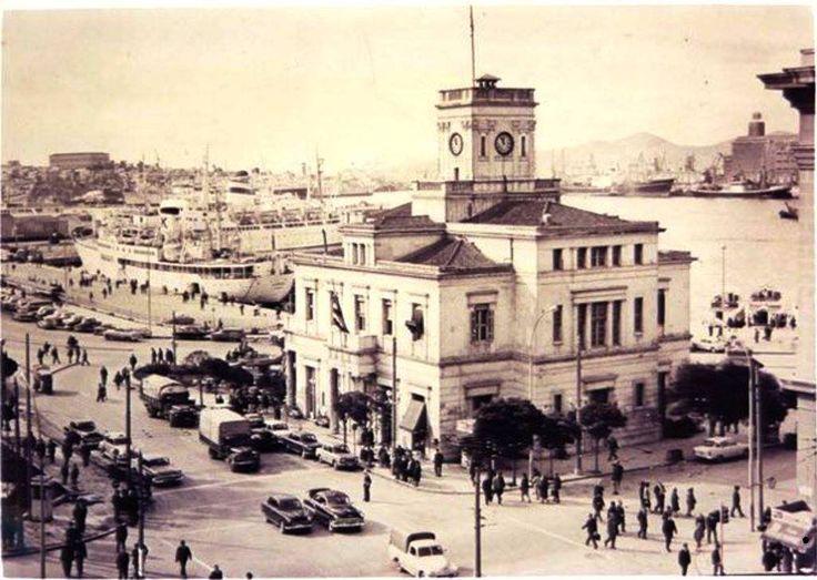 Το 1968 κατεδαφίζεται το ρολόι του Πειραιά.