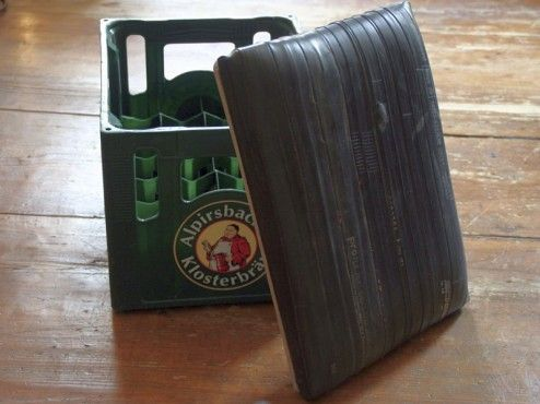 With this seat cover made of bicycle inner tubes you can easily turn every beer crate into a comfortable stool. / Bierkistenhocker_Upcycling
