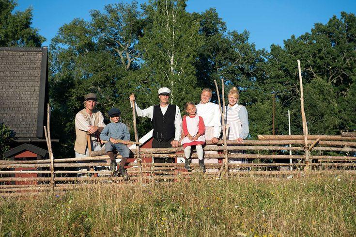 Vimmerby, Astrid Lindgrens Världs egen hytte- og campingby, ligger kun 250 m fra inngangen til fornøyelsesparken. Hyttene er laget i svensk husmannsstil.