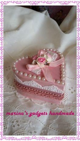 scatolina legno dipinta e rivestita con pizzo, perline, passamaneria, nastrino e fiorellini di carta.