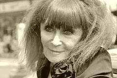 """Sonia Rykiel - französische Modedesignerin, die in den 1970ern mit edlen Strickkleidern sowie Streifen als ihrem Markenzeichen bekannt wurde und sich als """"Königin des Strick"""" einen Namen machte. Sie wurde am 25. Mai 1930 in Paris geboren und starb in diesem Jahr mit 86 Jahren am 25. August 2016 ebenda. – Quelle: http://geboren.am/person/sonia-rykiel"""