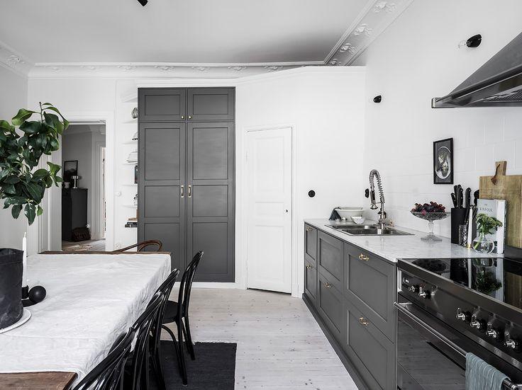 Entrance Fastighetsmäkleri  #interior #design #home #sekelskifts #stukaturer #kitchen #victorian #dining #table #chair