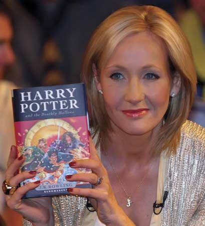 J. K. Rowling - Née en Angleterre en 1965 - célèbre romancière à l'origine de…
