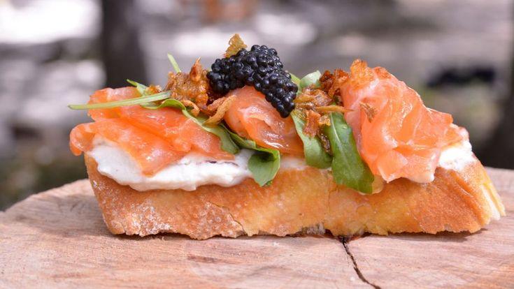 Crujiente receta de Brusqueta o tosta de salmón con queso Mascarpone y cebolla caramelizada, un entrante ideal para una cena de cóctel al aire libre.