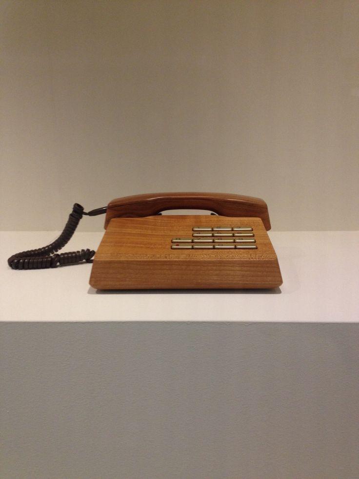 """""""Der Ueli ist manchmal so hölzern am Telefon, oder?"""" Ja, so könnte es gewesen sein, damals, als es in der Schweiz ein Holztelefon gab. Einfach so. Als normal zu erwerbenden Massenartikel. Für jedermann. Da konnte man seine Bankgeschäfte erledigen und sich im selben Moment fühlen wie im Wald. Ob direkte Zusammenhänge zum Schweizer Finanzwesen bestehen, konnte bisher nicht abschließend geklärt werden. Trotzdem, es ist wohl das schönste Telefon, dass ich je gesehen habe."""