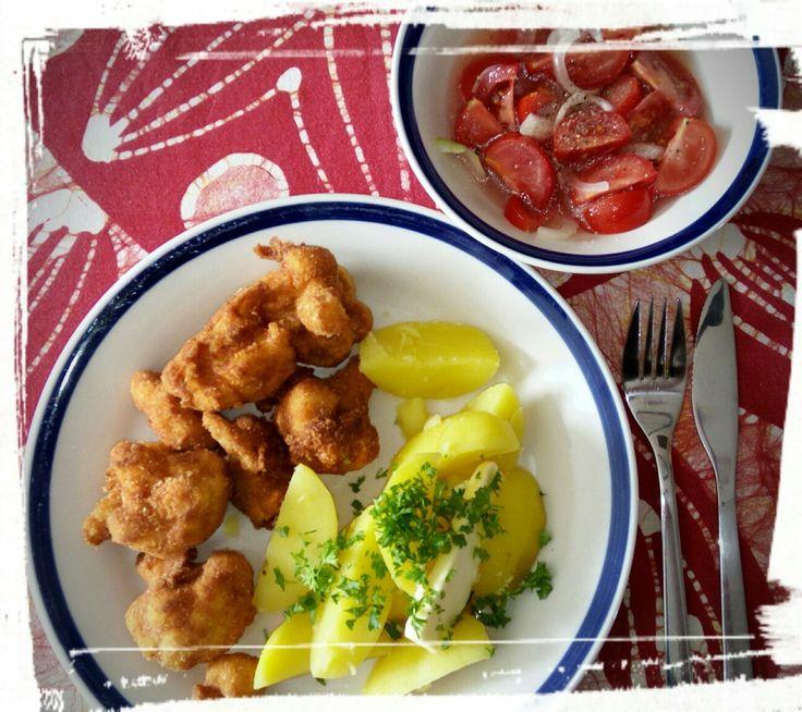 Smažený květák, brambory, rajčatový salát