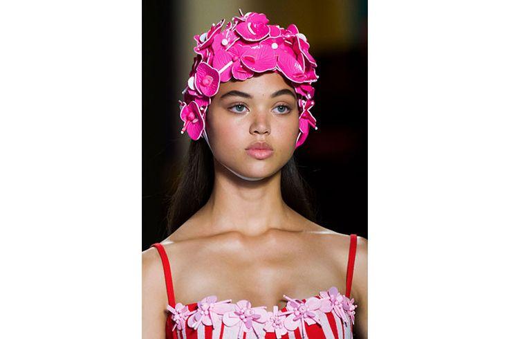 Parigi fashion week 2016, Miu Miu rilancia la cuffia per capelli iperdecorata  Direttamente dalle spiagge di Capri e Saint Tropez degli anni '60, le cuffie da bagno disegnate da Miu Miu per la primavera estate 2017 sono già un pezzo must have. Da sostituire all'effetto turbante sono realizzate con macro fiori stilizzati in tessuto high tech a riprendere le tradizionali cuffie in gomma.