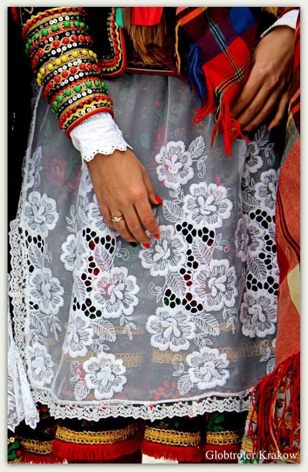 Krakow's folk costumes, Poland | < 67° pl/chicago (calm) kom > grob https://de.pinterest.com/pin/77335318580893908/ , https://de.pinterest.com/suzygalazka/polska-the-motherland/