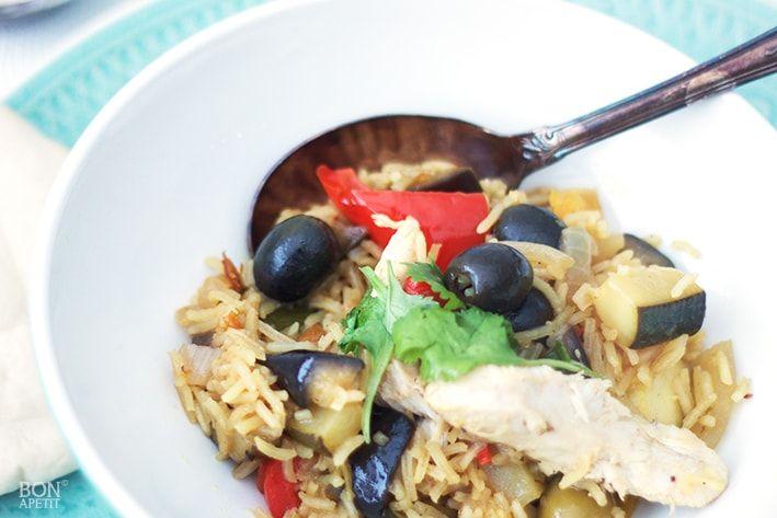 Verrukkelijke Marokkaanse kip uit de oven met rijst en veel verse groenten. De Marokkaanse kruiden krijgen een mooie kans om zich te ontwikkelen in de oven.