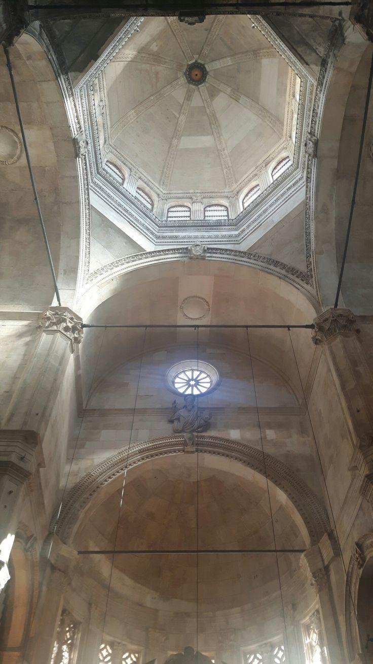 Crociera e tetto a cupola, terminati da Nicola Fiorentino nel 1536. Cattedrale di Sebenico. Nicolò utilizza il tamburo ottagonale prima di Bramante e Michelangelo.