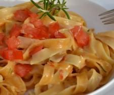 Rezept Tagliatelle in Tomaten-Rosmarin-Soße - Rezept aus der Kategorie sonstige Hauptgerichte