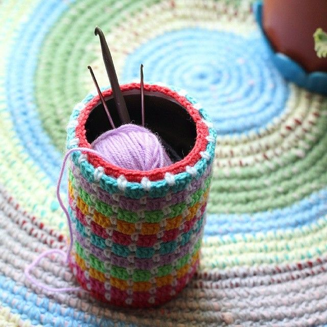 Люблю с делом утилизировать вещи)))  Баночка из под маслин превратилась в подставку для крючков. А старые футболки - в мягкий и уютный коврик))  #вязание #крючком#рукоделие#коврик#knitting#handmade#crochet#yarn#rusmom_золотые_руки#олино_рукоделие