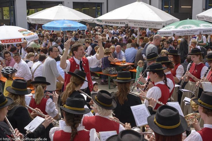 Blasmusik Aschheim, Feier nach dem gelungenen Aufstellen des neuen Maibaums in Aschheim b. München 2013