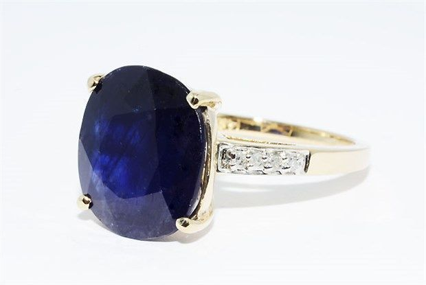 Een ring met saffier en diamanten van in totaal 806 ct -- zonder reserveprijs --  A valuable and guaranteed to be genuine sapphire diamond ring made of 14 kt yellow gold. The sapphire has a beautiful blue colour. Gold: 585 / 14 kt yellow gold - hallmarked Weight: 5.09 g Natural sapphire: 8.00 ct. Measurements: 13.60 x 12.24 mm Characteristics: natural inclusions Colour: Blue Cut: Oval Treatment: heated Gemstonesare often treated to improve colour and clarity. It has not been verified if such…