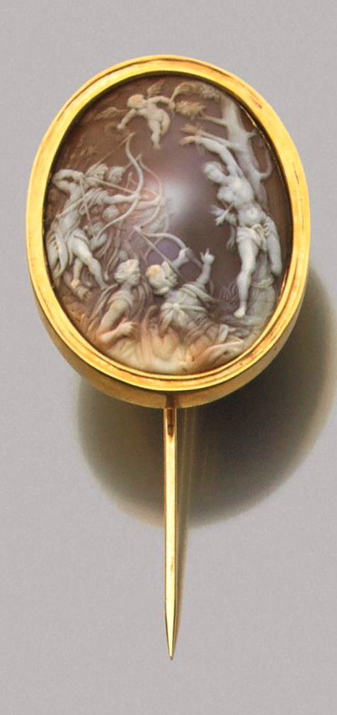 Pin adorned with a cameo crimping a cameo depicting the martyrdom of Saint Sebastian, after a composition by Hans von Aachen (1552-1615). Shell and gold. Cameo: Germany, XIX century.