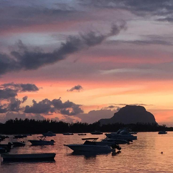 Pure #magic #chwilotrwaj #sunset #colors #travel #mauritius #nofilter #inspiration #freedom #thereisalwayssummersomewhere #perfectmoment #slowlife #dearjohn_pl #feelfreeandmoveforward