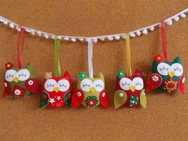 http://artesanatobrasil.net/apostila-gratis-corujinhas-de-feltro-passo-a-passo/ corujinhas de natal.