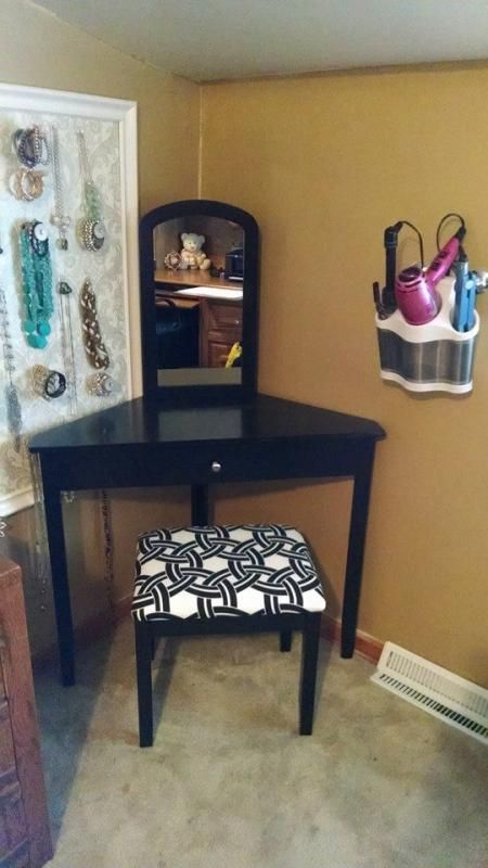 Best 25 corner vanity ideas on pinterest corner makeup for Corner table for bedroom