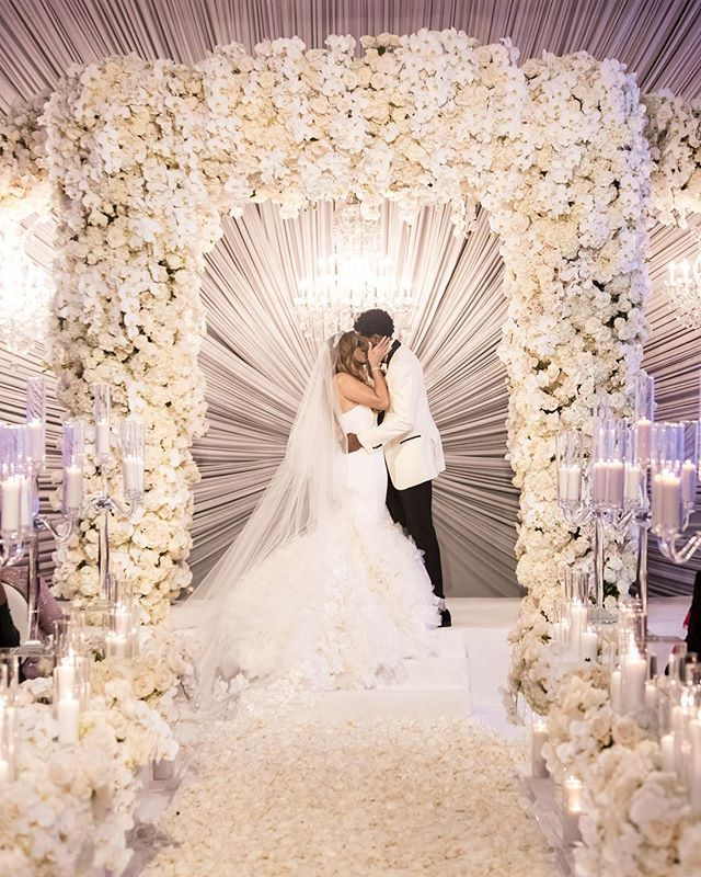 Wedding Gown Rental Las Vegas: Literally Looks Like Love Is Radiating Out From Their Kiss