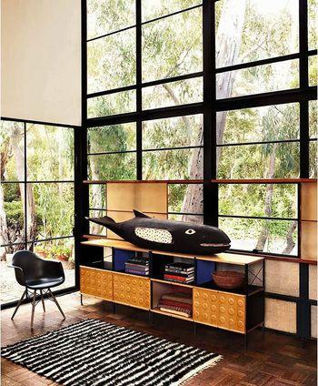 大きな一枚窓より、小さな四角の集合体のほうが外の緑がより素敵に見える気がしませんか?