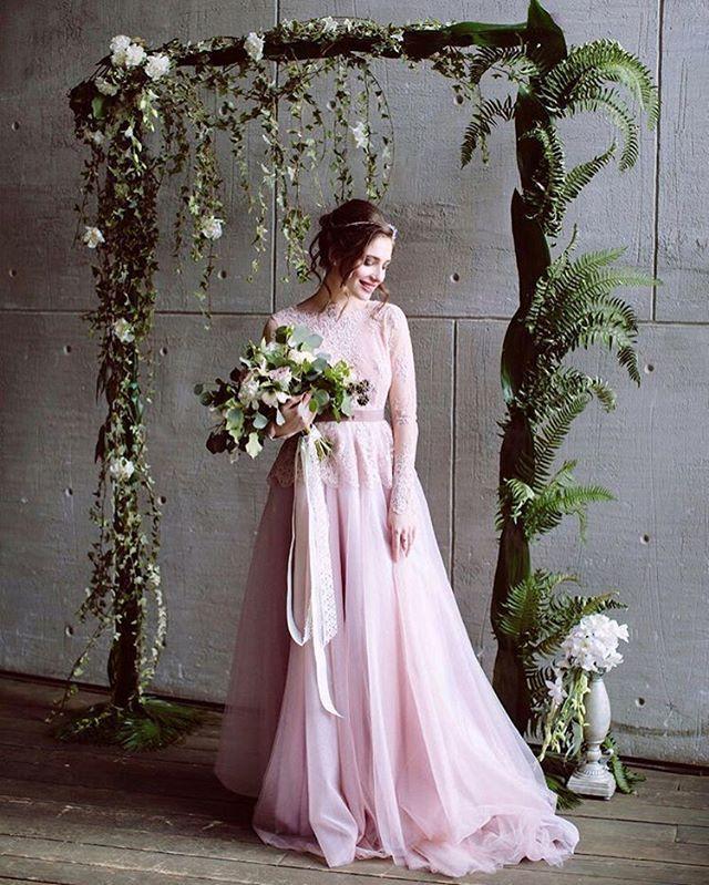 Какая чудесная весенняя фотография! И пусть снимок сделан в студии, прекрасная невеста, цветы, зелень — всё тут буквально дышит весной!  Организация: @sobright_photography и @hrolenko.tatyana Muah/Jewellery: @hrolenko.tatyana, @hrolenko.accessories Photo: @sobright_photography Decor: @compliment_flowers Dress: @voronovadress Каллиграфия: @valera_sha Video: @anvoronkov  Lovers: @mezozoysa @irenabran  #nevestainfo #wedding #невестаинфо #свадьба #образневесты_nevestainfo